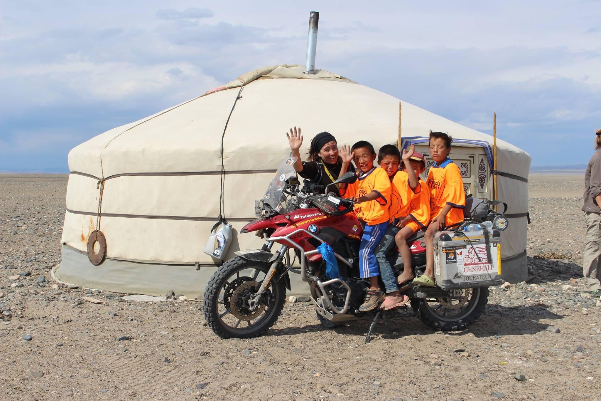 Niños y Ali en desierto del Gobi.